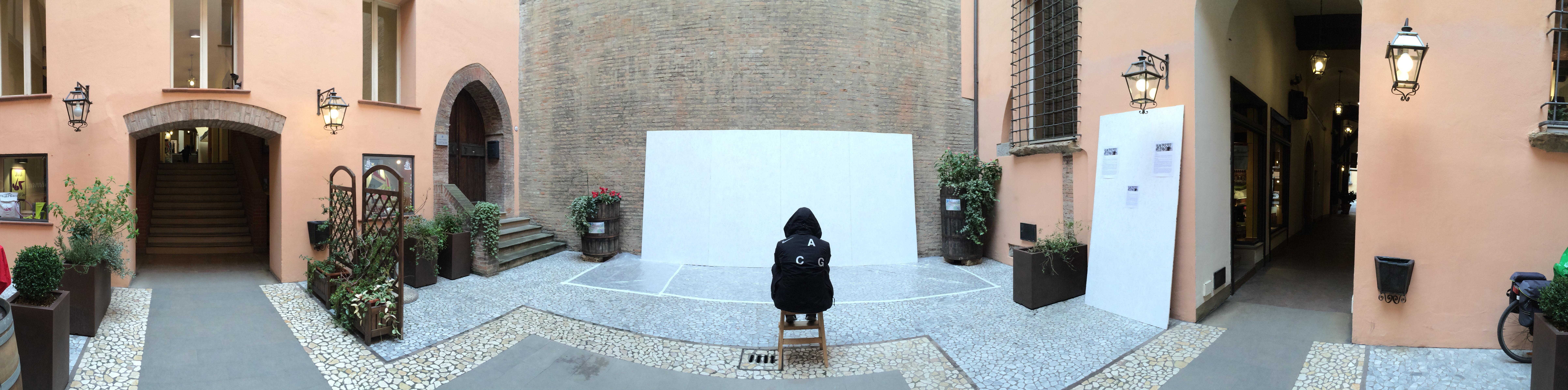 Andrea Cimatti presenta Domenico Romeo in una performance Live 28